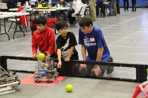 Local team 8000E from Head Royce School practicing before a qualification match (Photo Credit: Tavien Phan)
