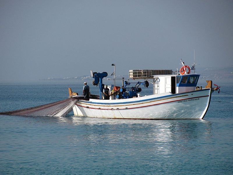 Fishing_boat_off_the_coast_of_Naxos